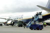 Pasajeros descendiendo del primer vuelo procedente de Milán