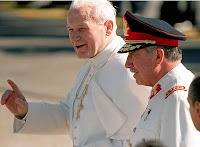 Giovanni Paolo II si intrattiene piacevolmente con Augusto Pinochet