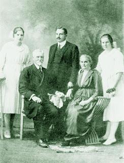 Pastor Frank Westphal (sentado) e famìia