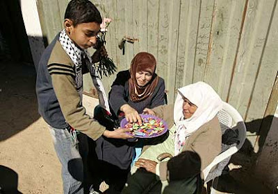 Palästinenserjunge verteilt Süßigkeiten