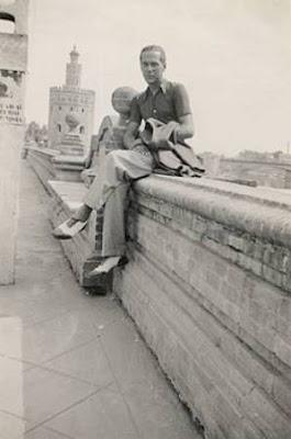 Luis Cernuda junto a la Torre del Oro