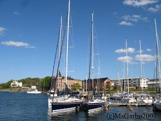 Den lilla båten till höger är 40 fot...