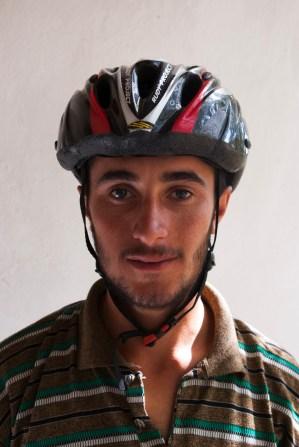 양치기 청년 케난. 내 자전거 헬멧을 써 보고 싶어 해서 기념 사진을 찍어 주었다.