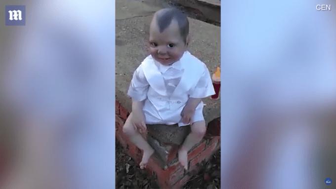 呪いの人形はカメラ目線で笑う