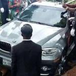 世界初の「BMW葬」で天国へドライブ!1000万円の新車を埋めて批判殺到