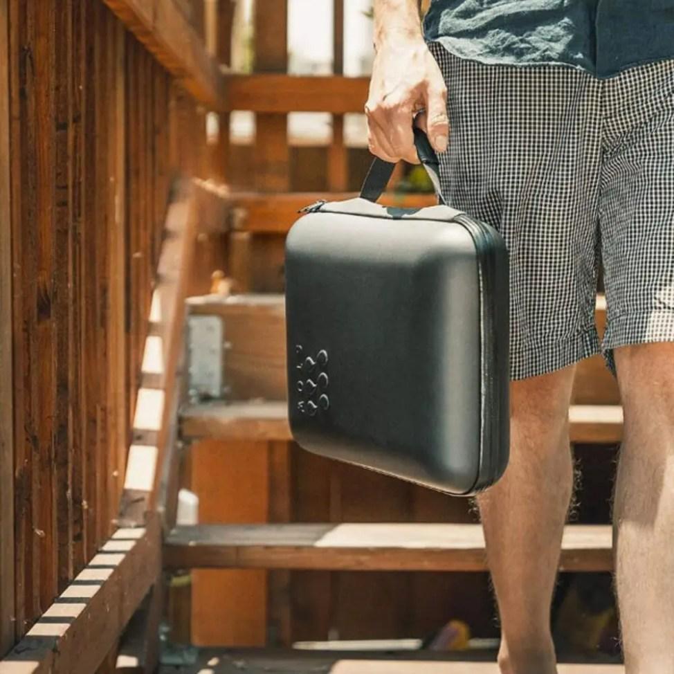 冷えた酒を持ち運ぶ専用アタッシュケース