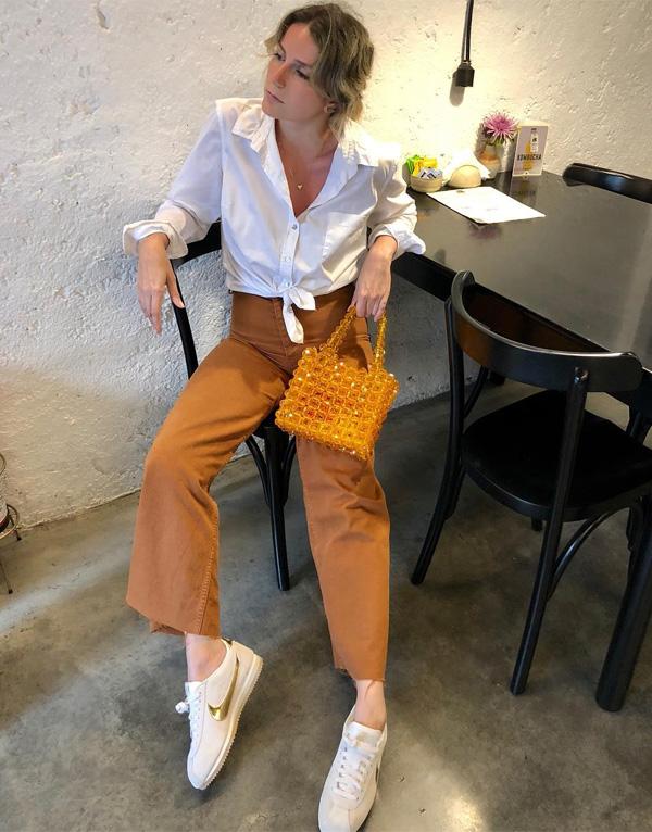 Karina Facci - calca-marrom-camisa-branca-bolsa-laranja - calça - verão - street style