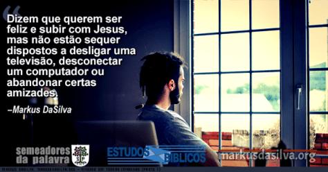 Rapaz olhando da janela e pensando com texto Estudo Bíblico - Vivendo Em Terras invadidas (Parte 1) - Markus DaSilva