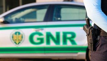 Carro da GNR ao fundo