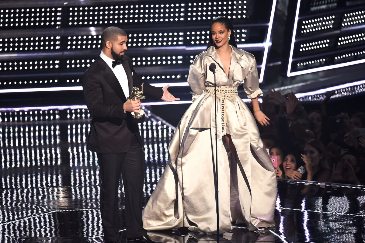 Drake Presents Rihanna With the Video Vanguard Award and Tells Her He Loves Her at the 2016 MTV VMAs