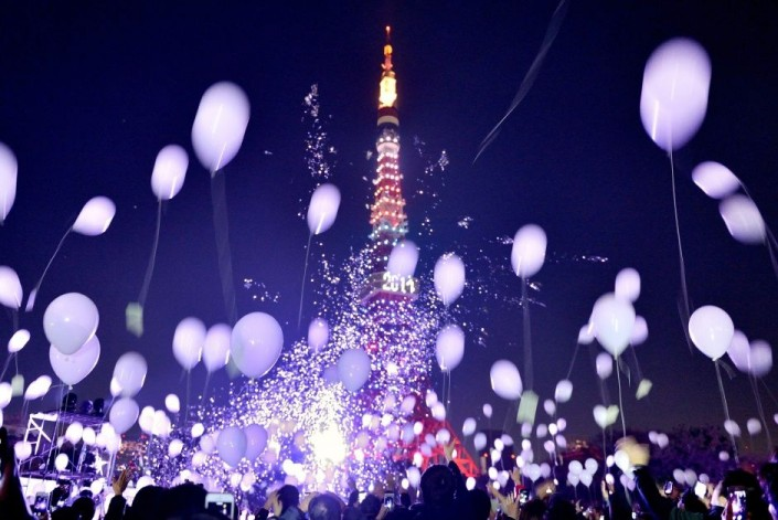 """""""Celebrating New Year 2014-Tokyo- Japan- People release balloons by the Prince Park Tower"""""""