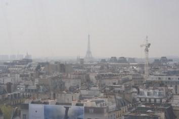 에펠탑이 얼핏 보인다.