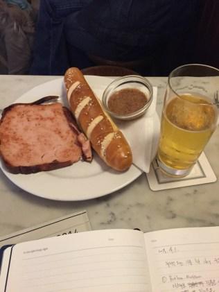 숙소로 돌아가기 전에 맥주와 간단한 식사를 먹었다.