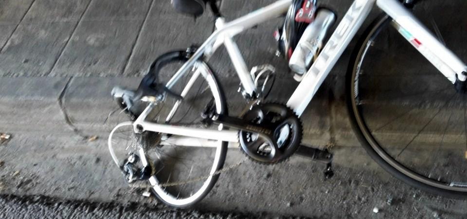 Bicicleta destruída em atropelamento na Avenida António Macedo