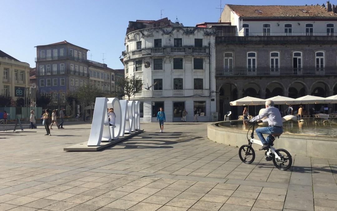 Os ciclistas na área pedonal