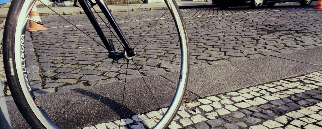 Roda de bicicleta na rua em Braga