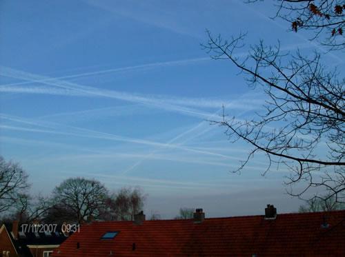 Scie di condensazione in un bel cielo sereno