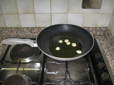 Imbiondire l'aglio in una padella