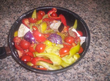 I peperoni e le melanzane puliti, tagliati e pronti per essere cotti