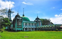 Named after the former king of Saudi Arabia, who financed its construction, this mosque in pale and dark shades of green is located inside MSU. It is the biggest mosque in Marawi. Green is a traditional color of Islam; in the Quran, it is used to describe the state of those living in paradise.