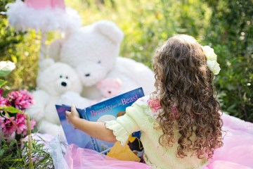 little girl reading ©JillWillington (Pixabay)
