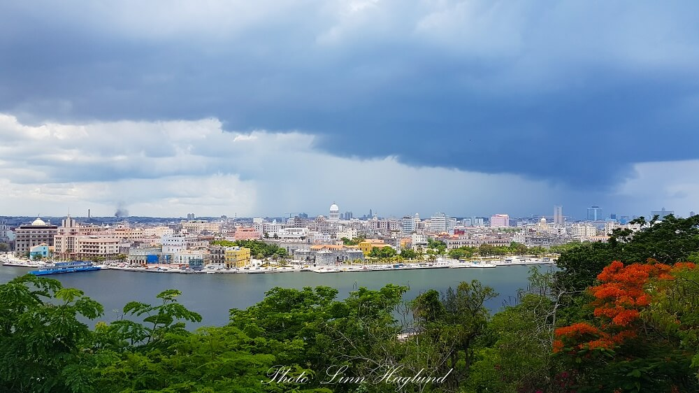 A thunderstorm is closing up on Havana
