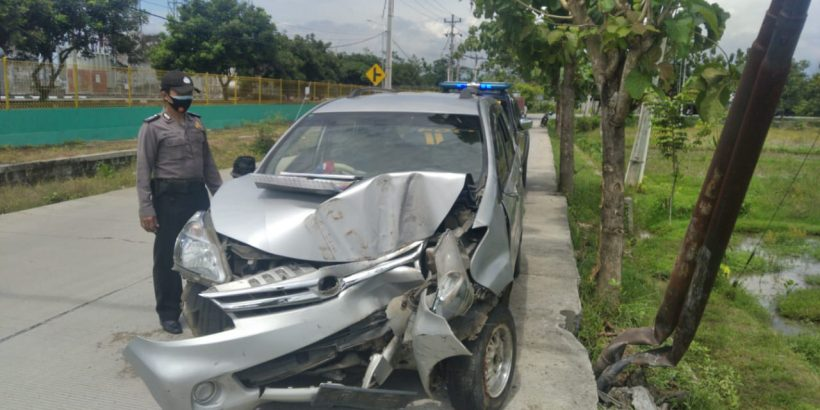 Duh! Mobil Xenia Berisi Sembilan Santri Oleng & Tabrak Tiang Telepon di Panican