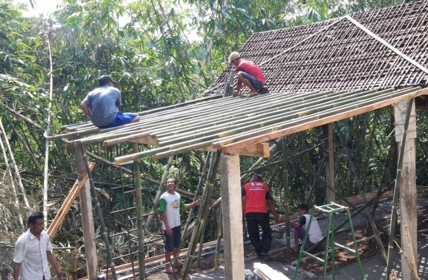 Pemuda Desa Cipaku Perbaiki Rumah Mbah Sangidah