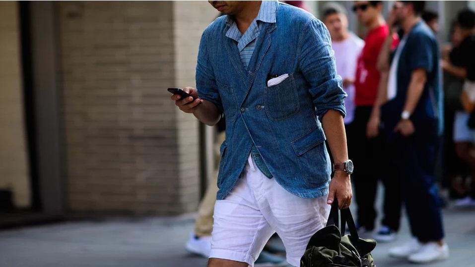 мужчины в шортах в городе