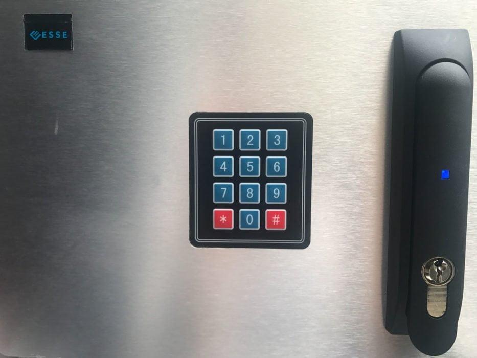 zamek+keypad ESSE  Demony RODO a fizyczne zabezpieczenie dostępu do szaf serwerowych zamekkeypad