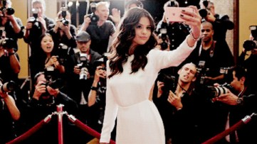 Image 1: Selena Gomez in Apple iPhone TV ad. (Source: https://media.giphy.com/media/3oEduRtkvRXNHOTZCg/giphy-facebook_s.jpg)