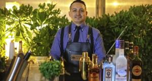 """Giancarlo Nazario es uno de los más reconocidos bartenders del Perú y ha sido presentado como Brand Ambassador para las marcas del Grupo Bacardí el 19 de julio en la terraza del restaurante Cala, donde se disfrutó de una original noche de cocteles creados especialmente por el experto mixólogo. Nazario tiene una talentosa trayectoria desde su formación en los Estados Unidos. Ha sido reconocido como mejor bartender en el 2012 por Barricas.com, se ha desempeñado como profesor en la Universidad San Ignacio de Loyola y como expositor en charlas y congresos como Perú Mucho Gusto y Mistura. Ha sido embajador de diferentes marcas de pisco y consultor de bares en Latinoamérica y Europa, y es propietario de una compañía especialista en hielo para coctelería. GRUPO BACARDI es la compañía de bebidas alcohólicas más grande del mundo, produce y vende una variedad de bebidas internacionalmente reconocidas. Entre su portafolio están: BACARDI, el ron número uno en ventas en el mundo; GREY GOOSE, el vodka líder en el mundo en super-premium; BOMBAY SAPPHIRE, la ginebra premium mejor valorada en el mundo; MARTINI, es la marca número uno en el mundo de los espumantes, especialmente en el ASTI y también es líder mundial entre los vermouth. """"El nombramiento del nuevo Brand Ambassador forma parte de las estrategias de crecimiento que tiene LC Group, representante del Grupo Bacardí Martini en el Perú"""", nos comenta su Gerente General, Lucio Cancho. En la presentación, Nazario ha mostrado a los asistentes cómo los ingredientes de cada coctel mantienen su armonía y guardan su propia personalidad cuando se mezclan con las bebidas del grupo y por eso son las preferidas por los especialistas en la cocteleria premium."""