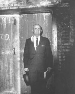 Столп Огненный на правом плече Брата Бранхама. Он стоит позади Скинии Соул Харбор в Далласе, штат Техас, в марте 1964 года. Брат Бранхам говорил, что Ангел Господень всегда стоял справа от него.