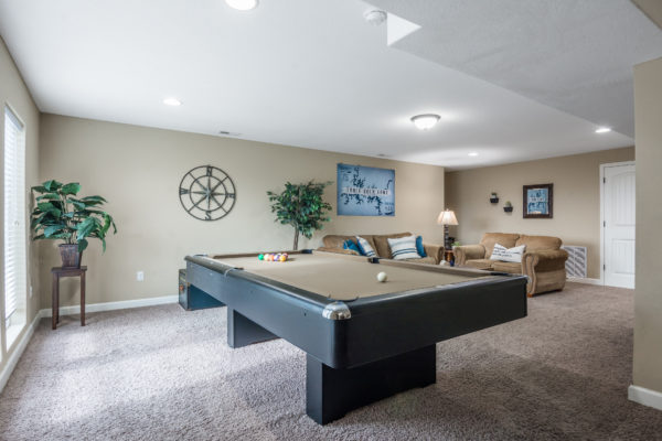 Canyon-Retreat-Vacation-Home-in-Branson-family-room-pool-table