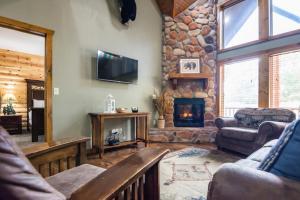 Branson-Vacation-Houses-Black-Bear-Lodge-01-1089