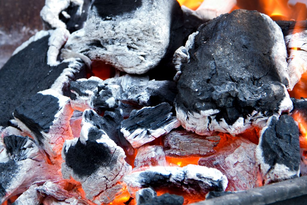 brasas encendidas con carbón de encina para servicio barbacoa a domicilio