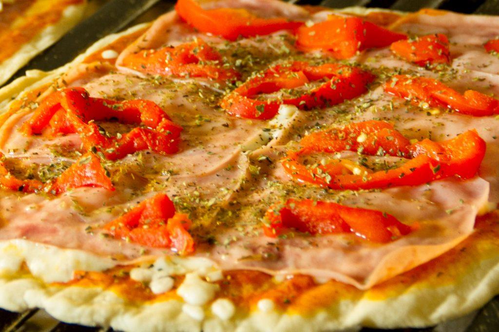 pizza a la parrilla de jamon york y pimientos rojos, un manjar ofrecido en catering madrid