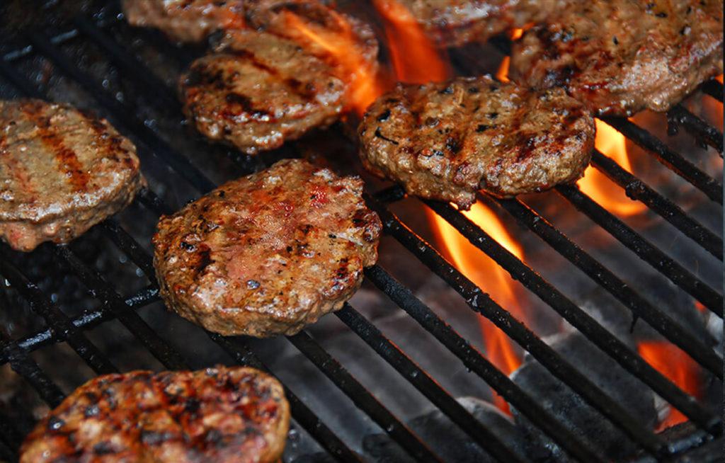 hamburguesas a la parrilla para catering barbacoa madrid ofrecido por Brasas y Sabores