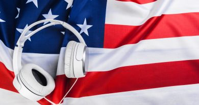 Bandeira dos EUA e fone de ouvido.