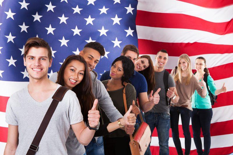 pessoas tentando aprender a falar inglês como um americano