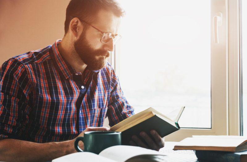homem estudando para falar inglês como um americano