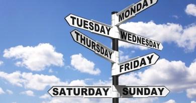 Placa com dias da semana em inglês.