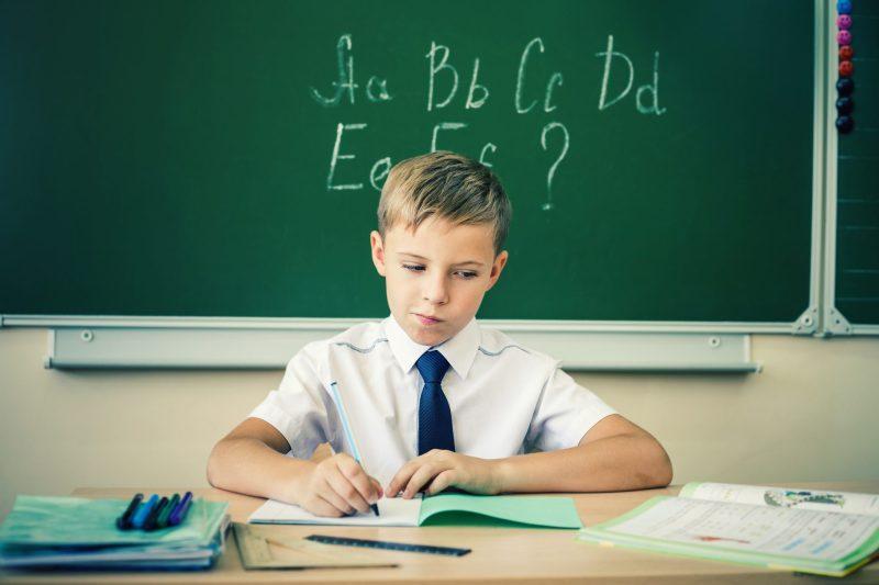 menino-aprendendo-alfabeto-em-ingles
