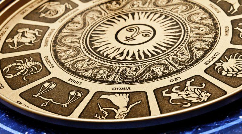 Prato decorativo com todos os signos do zodíaco.