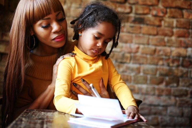 filha lendo com a mãe em inglês