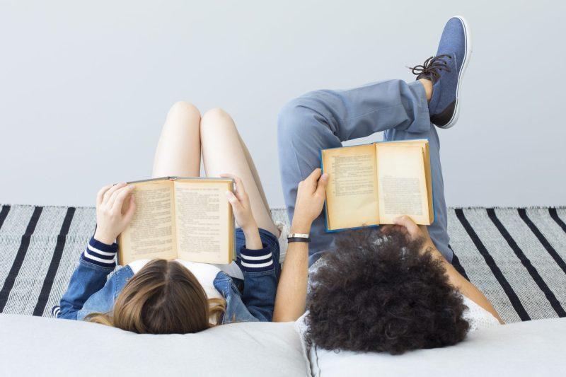 casal-estudando-falsos-cognatos-em-ingles