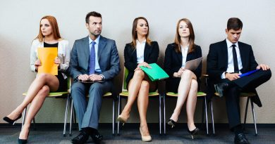 passoas sentadas esperando para uma entrevista de emprego em inglês