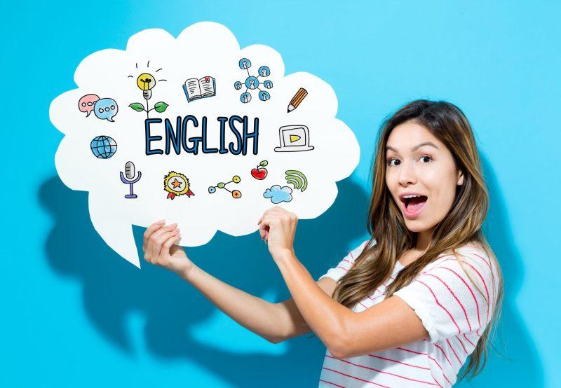 """Mulheres segurando balão com elementos e a palavra """"english"""""""