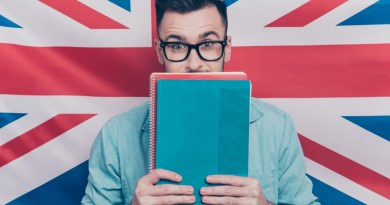 english - homem com livero de expressores idiomaticas