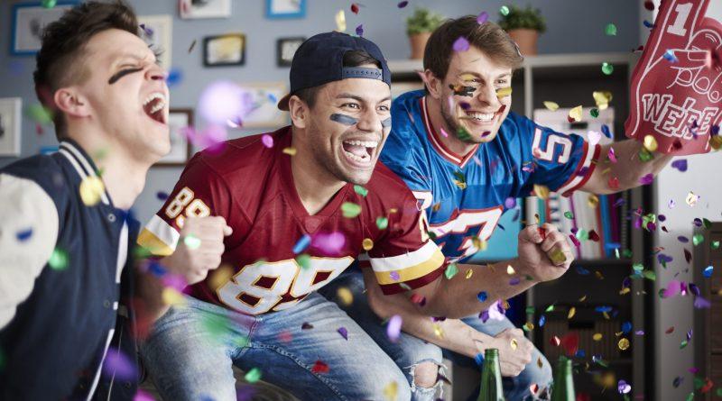 Jovens assistindo esportes americanos